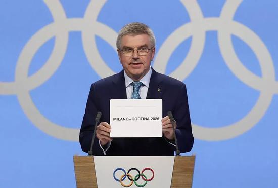 ↑图为6月24日,在瑞士洛桑举行的国际奥委会第134次全会上,国际奥委会主席巴赫宣布意大利米兰/科尔蒂纳丹佩佐获得2026年冬奥会举办权。新华社记者 曹灿 摄