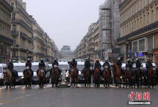 原料图:大批法国骑警在巴黎市中心邃密戒备示威活动。中新社记者 李洋 摄