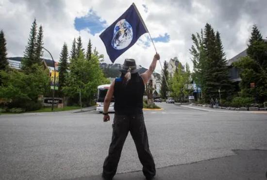 加拿大皇家骑警在BC省逮捕14名抗议者。(图源:《卫报》)