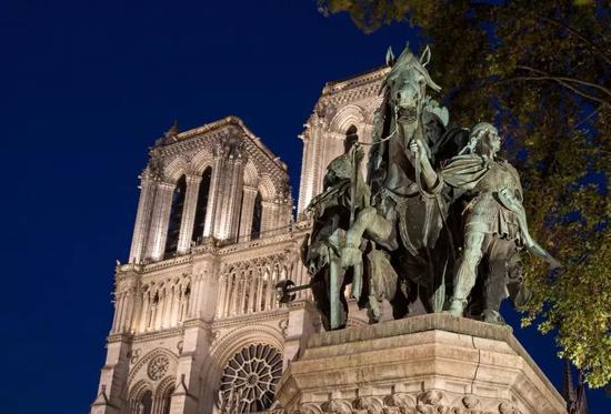 △火灾前巴黎圣母院正门上的雕塑。