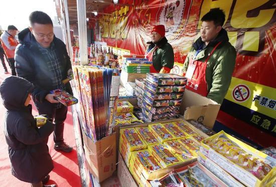 烟花爆竹开卖首日,不少市民在零售店选购花炮。摄影/新京报记者 王贵彬