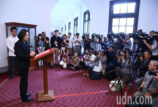"""蔡英文在蔡办进走所谓""""回廊谈话""""(图片来源:台湾《说相符报》)"""