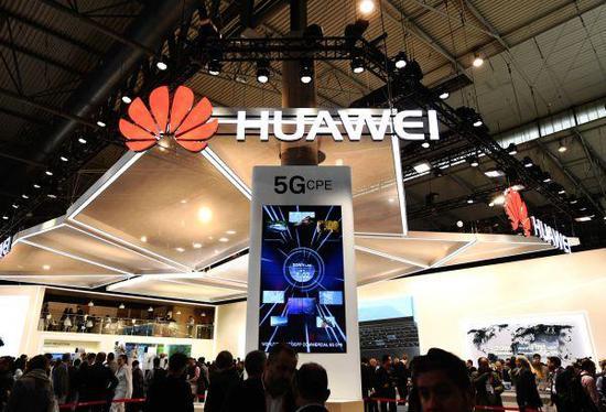 2月26日,在西班牙巴塞罗那移动通信大会上,华为公司展台用电子屏展现5G技术。