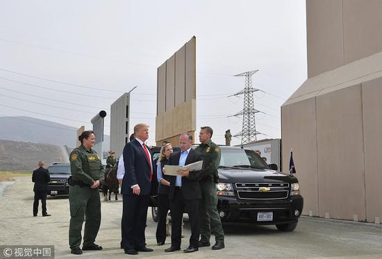 特朗普今年3月视察添州,曾盛赞边境墙是美国第一道防线。(图:视觉中国)
