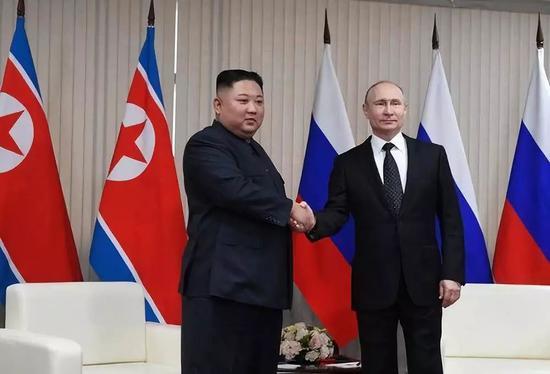 4月25日,在俄罗斯符拉迪沃斯托克,俄罗斯总统普京(右)与朝鲜最高领导人金正恩握手。新华社/卫星社