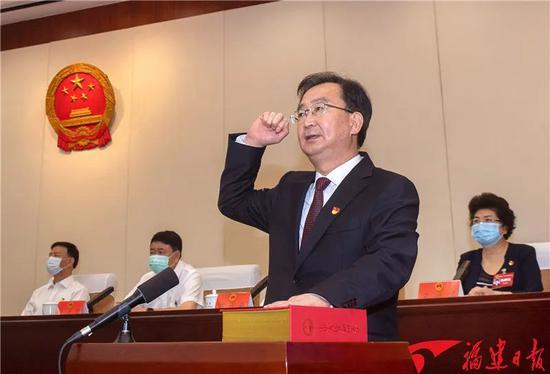 王宁进走宪法宣誓。