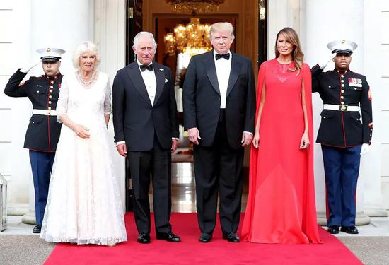 当地时间6月4日,美国驻英大使在大使官邸设晚宴招待美国总统特朗普夫?#23613;?#26597;尔斯王储和卡米拉等人。图/视觉中国