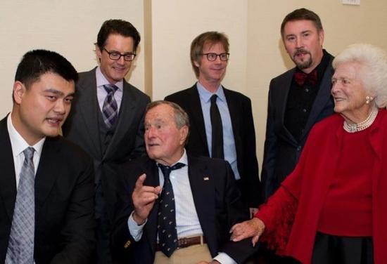姚明与老布什夫妇相符影。 图片来自姚明外交媒体