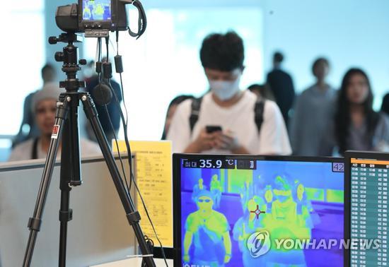 韩国仁川机场加强对入境游客的体温检查。(韩联社)