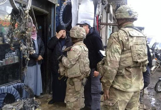 叙利亚曼比季美军与当地居民(图:美联)