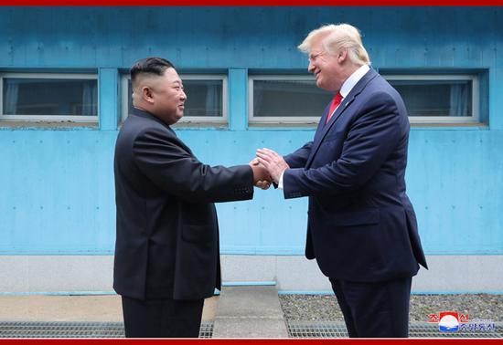 6月30日,美朝首脑在板门店会面。(朝中社)