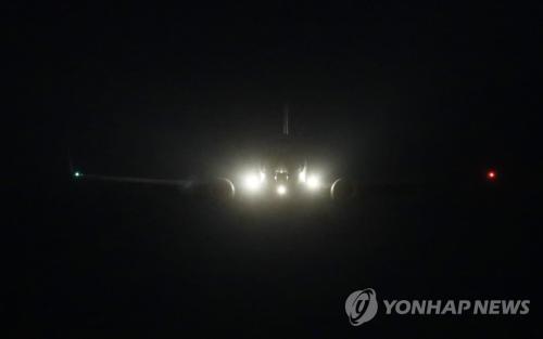 当地时间2月8日晚,在韩国京畿道乌山,韩联社推测为美国对朝代表比根乘坐的军机抵达乌山美军基地。(图片来源:韩联社)