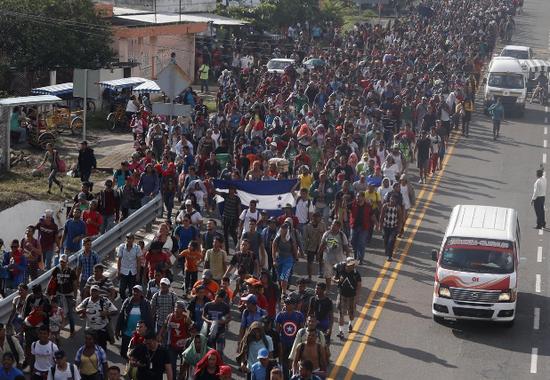 欲前往美墨边境的大批移民(图源:美联社)