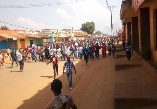 当地民多就作废总统选举进走抗议