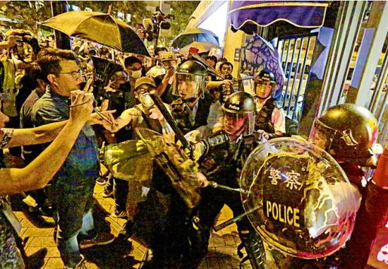警方被投掷杂物(文汇网)