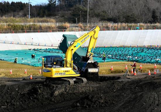 福岛县的中转储藏设施内,污染土被填埋处理。(朝日新闻)