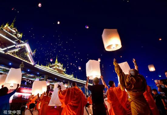 ▲材料图片:西双版纳傣族自治州祝贺傣历新年,市民和旅客在澜沧江边放飞孔明灯祈福。
