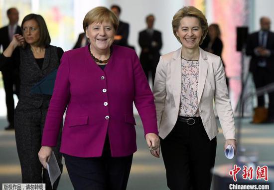 资料图:冯德莱恩和德国总理默克尔