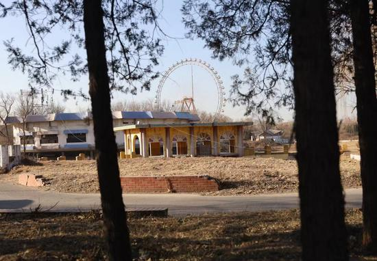 12月17日,原北京游笑园,修建已经破败,长满杂草。新京报记者 王贵彬 摄