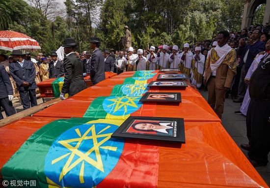 埃航墜機事件中遇難的乘客和機組人員的棺材在塞拉西教堂(Selassie Church)前排列整齊。