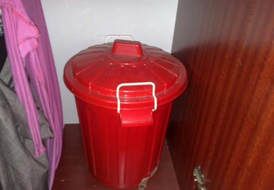 (藏匿尸体的垃圾桶。图源:太阳报)