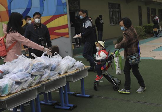 一位奶奶来帮孙子领教材。摄影/新京报记者 浦峰
