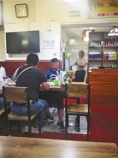 昨晚,朝阳区的一家餐馆,几位市民在室内抽烟无人劝阻。新京报记者 王飞 摄