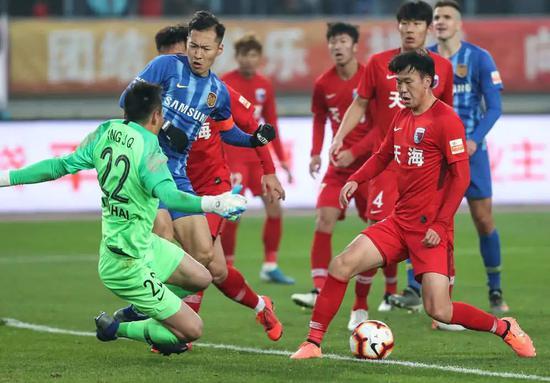 2019年12月1日,江蘇蘇寧隊球員吳曦(左二)在比賽中搶點進攻。新華社記者楊磊攝