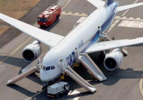 2013年1月16日,日本全日空波音787客机紧急迫降。(路透社)