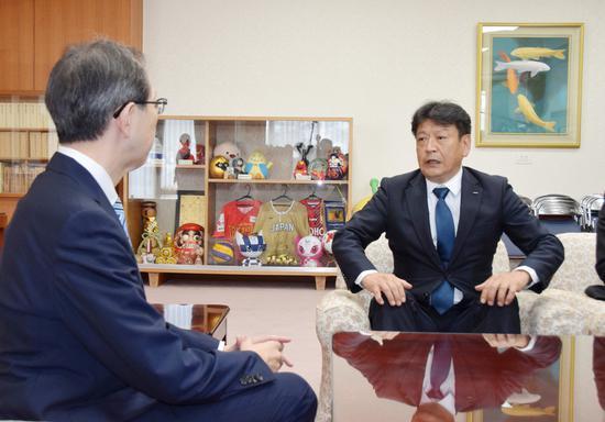 小早川智明向内堀雅雄(左)汇报相关决定(日本时事通信社)