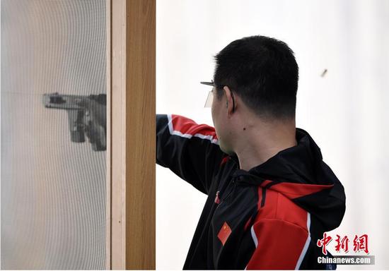 图为中国八一射击队选手谢震翔在比赛中。 中新社记者 侯宇 摄