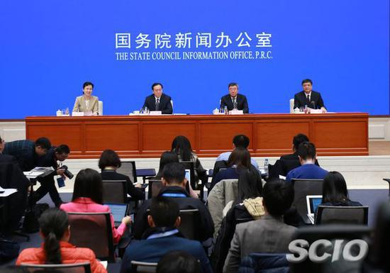 新闻发布会主席台。刘健摄