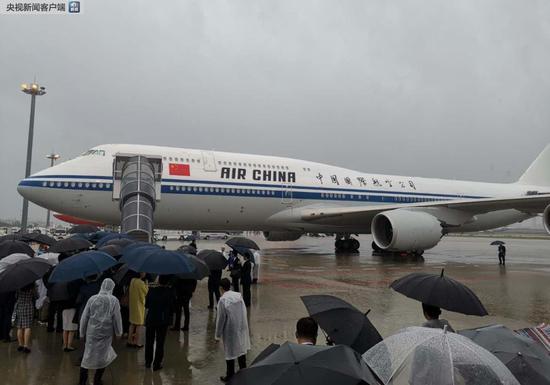 雨中迎接专机并不常见(央视记者杨立峰拍摄)