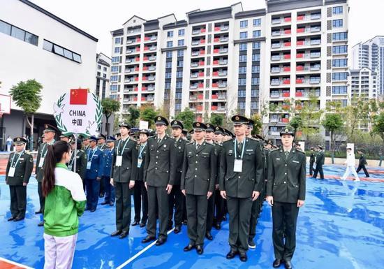 中国代表团入村  图/湖北日报