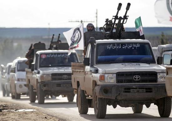 一支由土耳其支持的叙利亚反政府军车队28日向曼比季进军(路透社)
