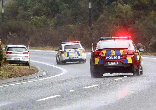新西兰一载24名中国游客大巴发生侧翻 5死多伤