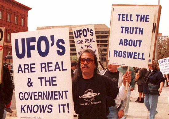 ∆ 1995年3月29日,一群抗议者在华盛顿特区游行,他们认为不明飞行物真实存在。图据法新社