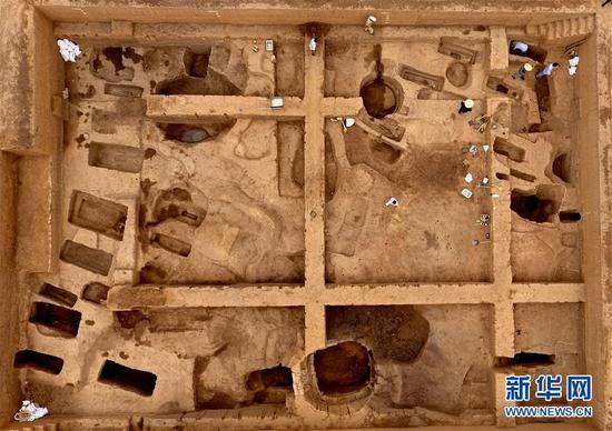 这是在河南省安阳市洹北商城发现的商代铸铜工匠家族墓地(6月5日无人机拍摄)。 新华社记。者 李安 摄