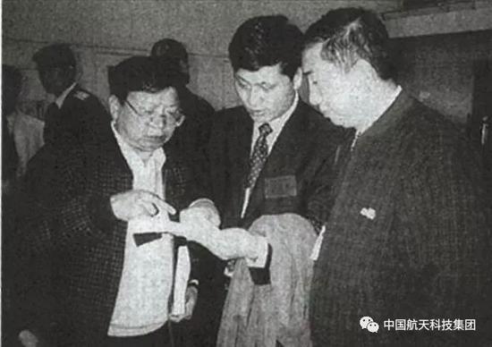▲ 2000年10月31日首颗北斗试验卫星发射前,航天科技集团总经理王礼恒(右)、副总经理马兴瑞(中)及卫星总指挥李祖洪(左)一起讨论技术问题