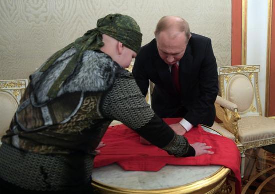 普京与库兹涅佐夫(图:俄罗斯卫星通讯社)