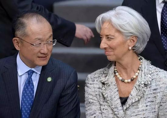 2015年4月17日,在美国首都华盛顿,国际货币基金组织(IMF)总裁拉加德(右)和世界银行行长金墉出席集体合影活动。新华社记者殷博古摄