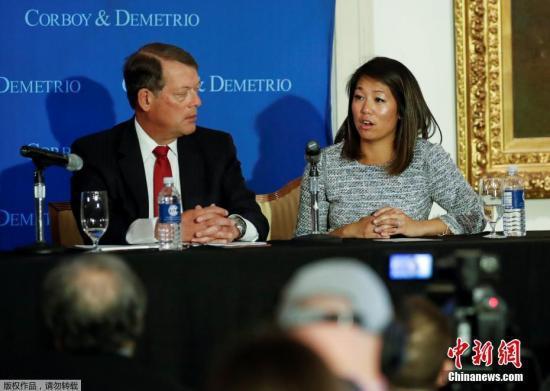 资料图:遭暴力驱逐的美国联合航空公司亚裔乘客陶大卫(David Dao音译)的女儿和代表律师,2017年4月13日在芝加哥工会联盟俱乐部召开新闻发布会。