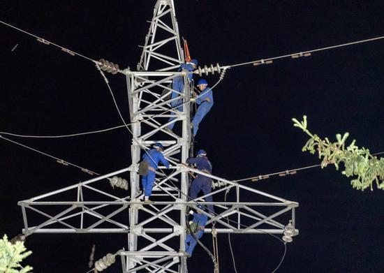 电力工人正在三江镇抢修,8月23日,三江镇恢复主网供电。 汶川县委宣传部供图