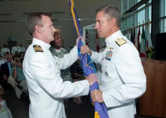 ▲资料图片:原美太平洋舰队公共事务总监杰弗里·布雷斯劳(左)接受斯蒂尔尼(右)授旗。