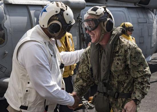 图为詹姆斯·马洛伊与一位航母战斗群指挥官会晤