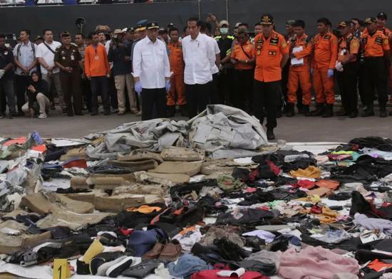 ▲印度尼西亚总统佐科·维众众和其他有关人士正在检查从狮航610航班坠毁的水域打捞出的残骸 图据美联社