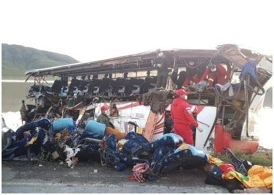巴士玻璃亦全数碎裂,行李散落一地。(图:东网)