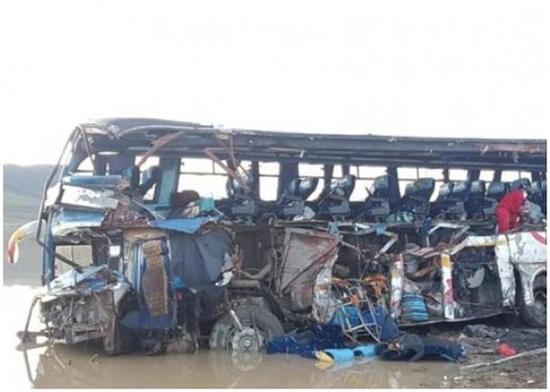 巴士右侧车头及车身严重损坏。(图:东网)