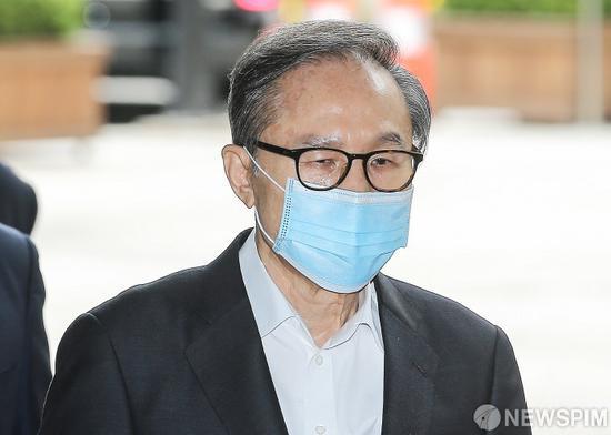 李明博戴口罩出庭,面色憔悴(韩媒NEWSPIM)