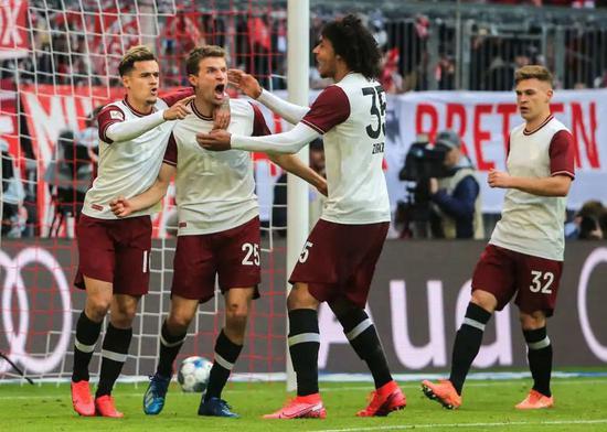 3月8日,拜仁慕尼黑隊球員穆勒(左二)在德甲比賽中進球后與隊友慶祝。新華社發(菲利普·魯伊茲攝)